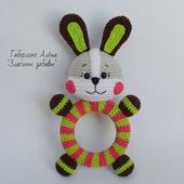 Зайчонок - игрушка с погремушкой на деревянном кольце,вязанная крючком