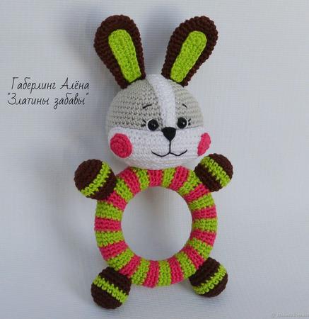 Зайчонок - игрушка с погремушкой на деревянном кольце,вязанная крючком ручной работы на заказ