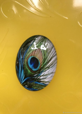 Кабошон стеклянный овальный с изображением павлиньего пера ручной работы на заказ
