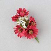 Брошь с красными цветами и белыми цветочками