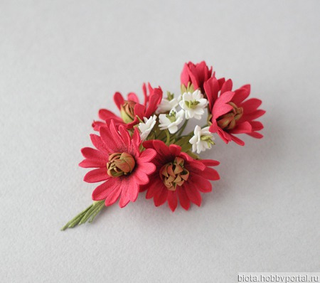 Брошь с красными цветами и белыми цветочками ручной работы на заказ