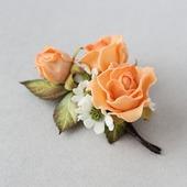 Брошь с оранжевыми розами и белыми цветами из фоамирана