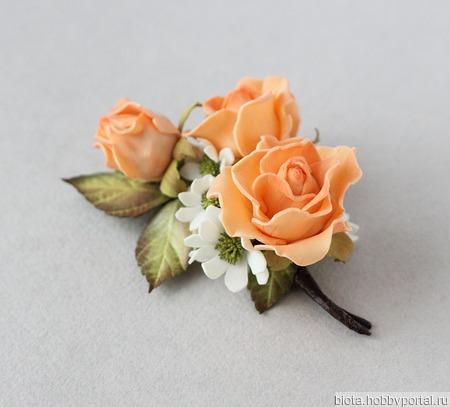 Брошь с оранжевыми розами и белыми цветами из фоамирана ручной работы на заказ