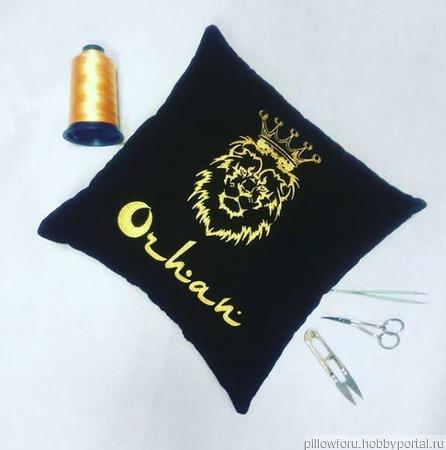 Подушка автомобильная Лев с короной ручной работы на заказ