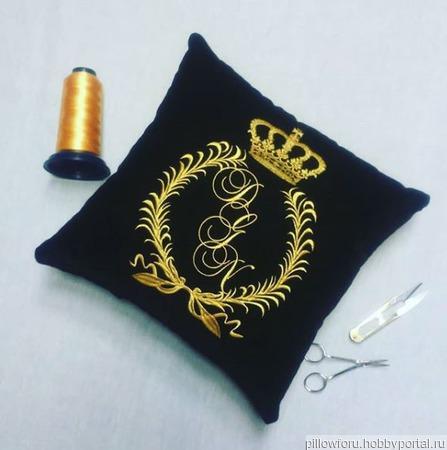 Подушка автомобильная Корона с инициалами ручной работы на заказ