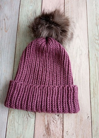 Модная шапка с отворотом и помпоном ручной работы на заказ