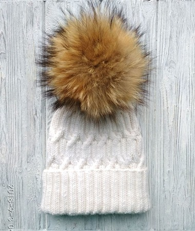 Мягенькая шапка из шерсти и альпаки, с помпоном из натурального енота ручной работы на заказ
