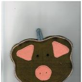 """Прихватка фигурная """"Свинка"""" коричневая с оранжевыми ушками и пятачком 4.1.1.1.3.2.1"""