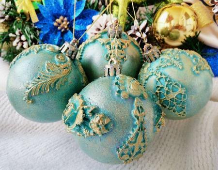 Ёлочные новогодние бирюзовые шары в наборе с лепниной и позолотой ручной работы на заказ
