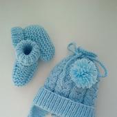 Вязанные шапочка и пинетки для новорожденного на выписку