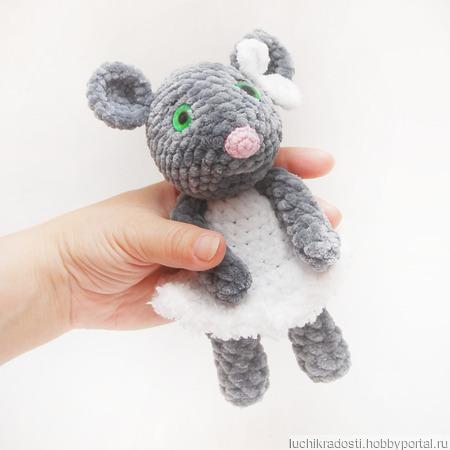 Мышка в белом платье вязаная плюшевая игрушка ручной работы на заказ