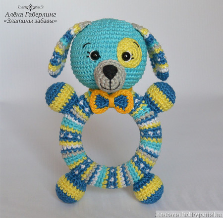 Собачка Кругляш - погремушка на деревянном кольце, вязанная крючком ручной работы на заказ