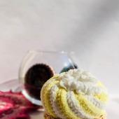 Пирожное корзинка со взбитыми сливками