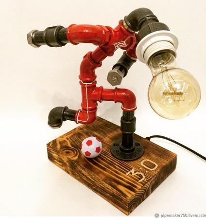 Светильник из водопроводных труб Footbal Player ручной работы на заказ
