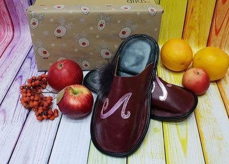 Комнатные кожаные тапочки ручной работы именные с вашими инициалами ручной работы на заказ