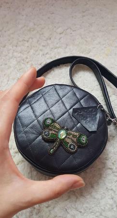 Круглая черная женская сумочка стеганая на ремне ручной работы на заказ