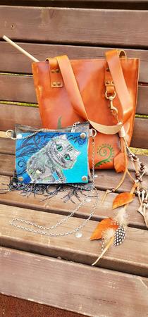Летняя кожаная сумочка с чеширским котом ручной работы на заказ