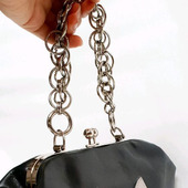 Кожаная черная сумка ридикюль с кошкой на фермуаре с цепью