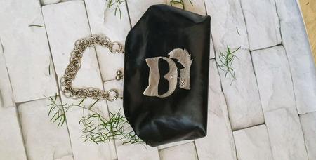 Кожаная черная сумка ридикюль с кошкой на фермуаре с цепью ручной работы на заказ