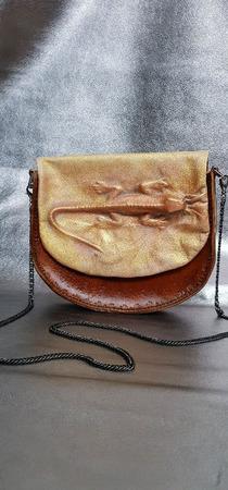 Сумочка-седло из кожи растительного дубления с тиснением ящерица ручной работы на заказ