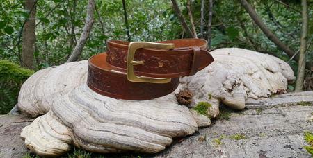 Женский кожаный ремень с латунной пряжкой с тиснением дубовых листьев ручной работы на заказ