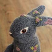Вязаный кролик с вышивкой