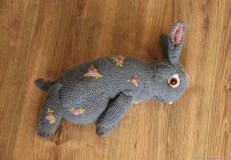 Вязаный кролик с вышивкой ручной работы на заказ