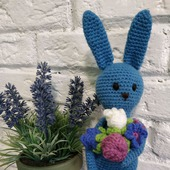 Заяц синий с букетом