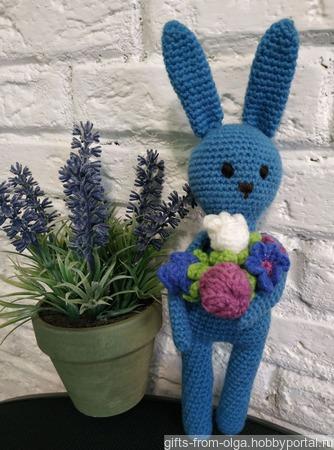 Заяц синий с букетом ручной работы на заказ