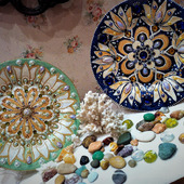 Декоративные тарелки на подставках