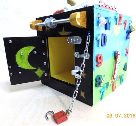 Развивающая игрушка - бизиборд в виде бокса ручной работы на заказ