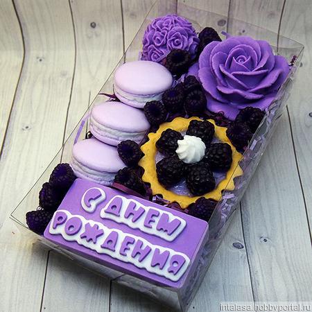 Набор мыла ручной работы на день рождения с ежевикой и макарунс ручной работы на заказ