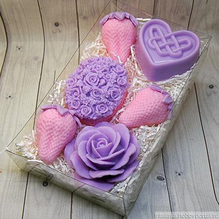 Подарочный набор мыла ручной работы с розовыми клубниками ручной работы на заказ