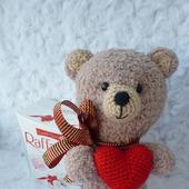 Медвежонок вязаный с сердцем