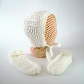 Чепчик и носочки для новорожденного (молочный комплект)