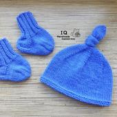 Детский вязаный комплект: шапочка и носочки, пинетки