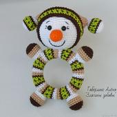 Снеговик Кругляш зелёный - вязаная погремушка на деревянном кольце