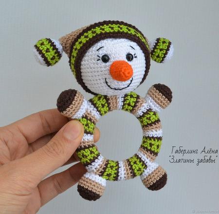 Снеговик Кругляш зелёный - вязаная погремушка на деревянном кольце ручной работы на заказ