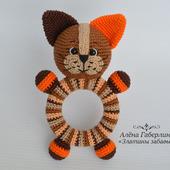 Котик Кругляш - погремушка на деревянном кольце, вязанная крючком