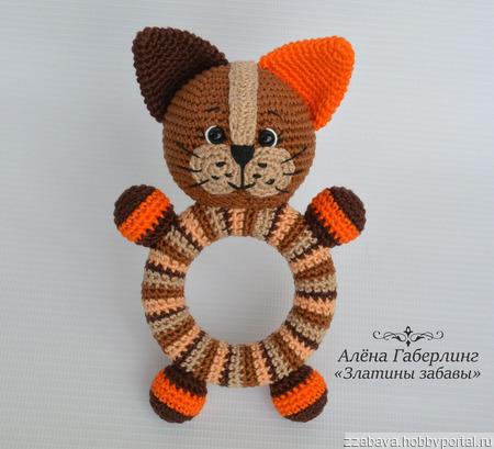 Котик Кругляш - погремушка на деревянном кольце, вязанная крючком ручной работы на заказ