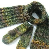 """Женский вязаный шарф и варежки """"Зеленый мох"""""""