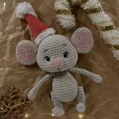 Вязаная игрушка мышка в новогоднем колпаке