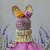 Вязаная крючком игрушка зайка в платье со снудом