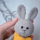 Вязаная крючком игрушка заяц в кофточке
