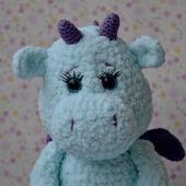 Вязаная крючком плюшевая игрушка голубой дракон