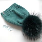 Вязаная шапка с меховым помпоном из енота.