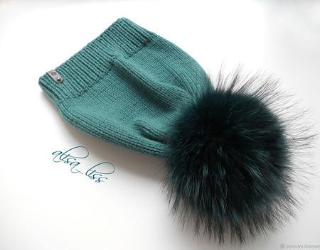 Вязаная шапка с меховым помпоном из енота. ручной работы на заказ