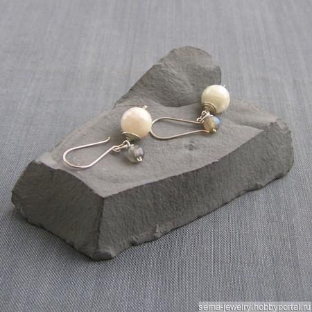 """Серьги """"One planet and its moon"""" из серебра с беломоритом ручной работы на заказ"""