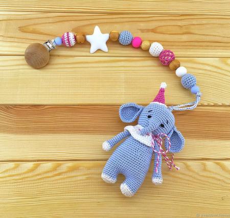Вязаный слоник - игрушка-подвеска на коляску, кроватку ручной работы на заказ