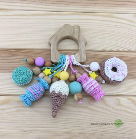 Прорезыватель-домик с вязаными сладостями ручной работы на заказ